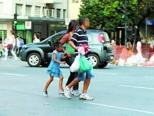 Risco. No centro de BH, é comum flagrar pedestres que se arriscam em travessia no meio dos carros