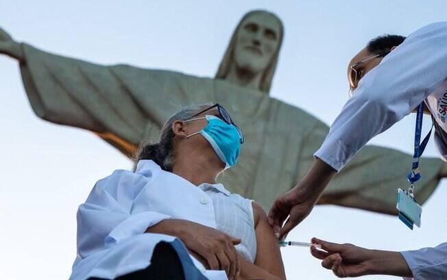 O que explica queda abrupta de casos de covid-19 na América do Sul e no Brasil