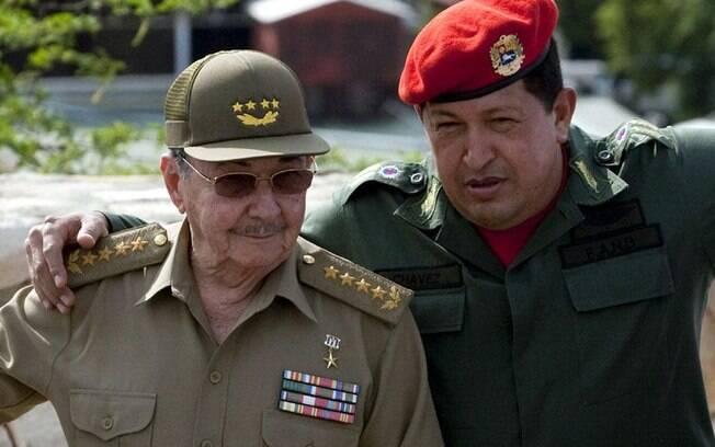 Chávez conversa com o líder cubano Raúl Castro no encontro da ALBA, em Cumana, em fevereiro de 2009
