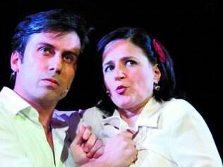 Dupla. Rodrigo Alzuguir e Cláudia Ventura se revezam em mais de dez personagens da vida de Wilson Baptista
