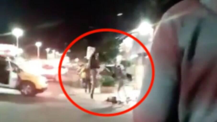 Ação foi filmada pelas pessoas que estavam no local