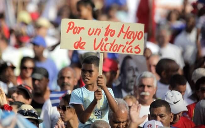 Cubanos participam de marcha de comemoração ao dia do trabalho (1.5.2014)