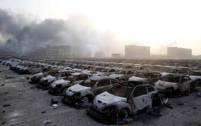 Pátio com carros fica irreconhecível após explosões atingirem local com produtos químicos em Tiajin, China (12/08). Foto: Reprodução/Twitter