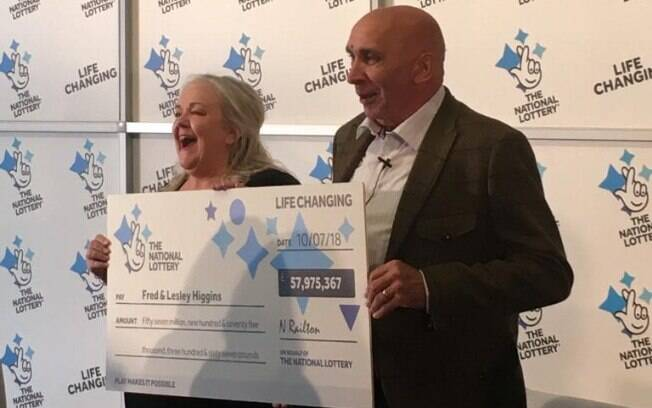 O casal viu o bilhete da loteria ser rasgado e jogado no lixo antes de descobrir que ele era o premiado