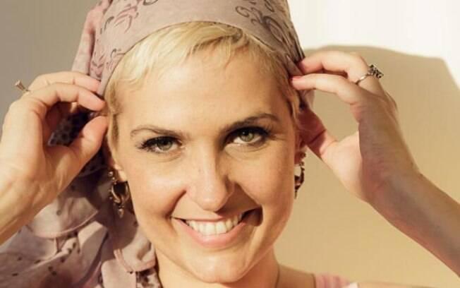 Além das perucas coloridas que Flávia comprou durante o período em que perdeu cabelo, ela também usou lenços na cabeça