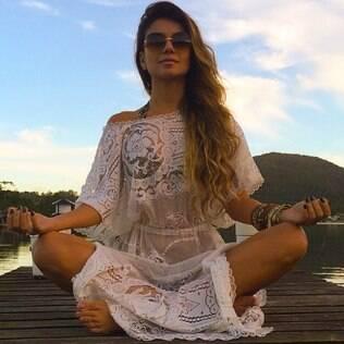 Paula Fernandes relaxa durante a folga