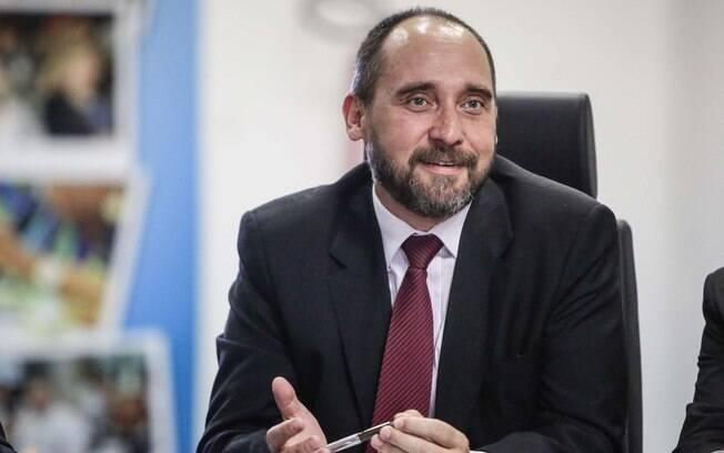 Luís Adams, ex-titular da AGU, preferiu ser menos contundente, mas afirmou que Delcídio