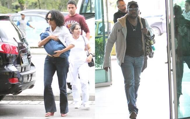 Enquando Taís protegia o filho dos flashes, Lázaro Ramos cuidou de carregar as malas da família