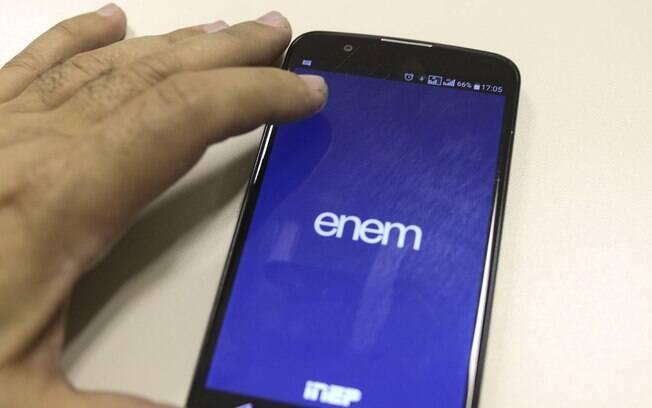 pessoa com celular na mão aberto na tela do enem