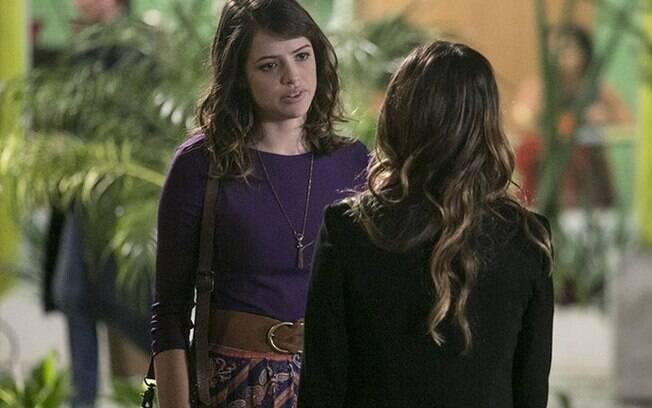 Camila e Bruna conversam em cena de