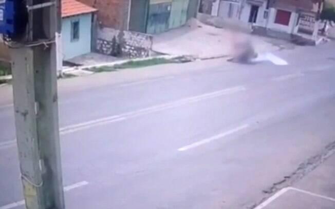Idosa foi arremessada após moto colidir nela