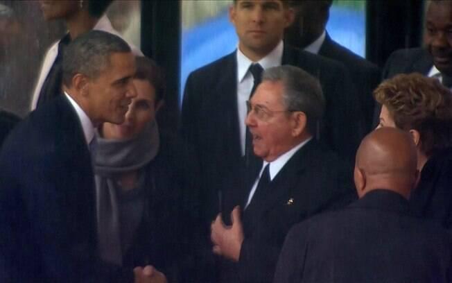 Barack Obama cumprimenta Raúl Castro na Cúpula das Américas, realizada no mês passado