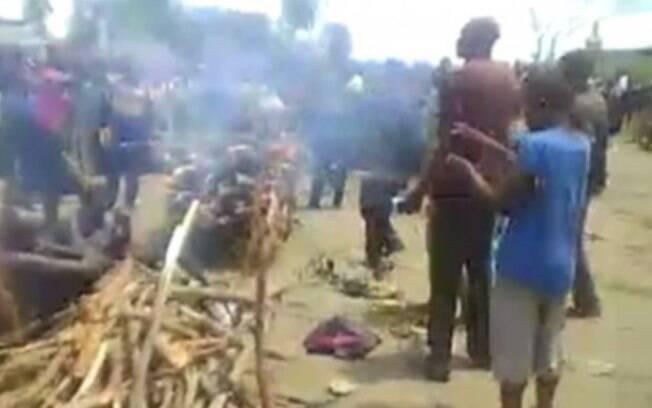 Nas ruas da cidade de Luebo, a mulher sofreu com a atuação do grupo de rebeldes do Congo, que foi aplaudida pela multidão