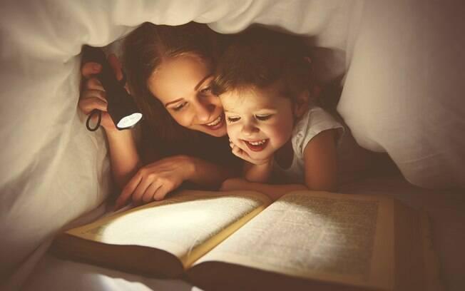 Se alguém ler com pouca luz, os olhos podem se cansar com mais rapidez porque é mais difícil ler desta forma