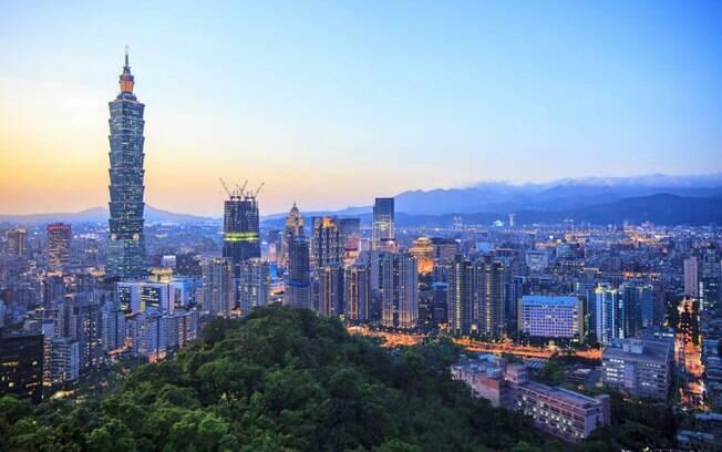 A moderna capital de Taiwan, Taipé, com o edifício Taipé101, um dos mais altos do mundo, em evidência