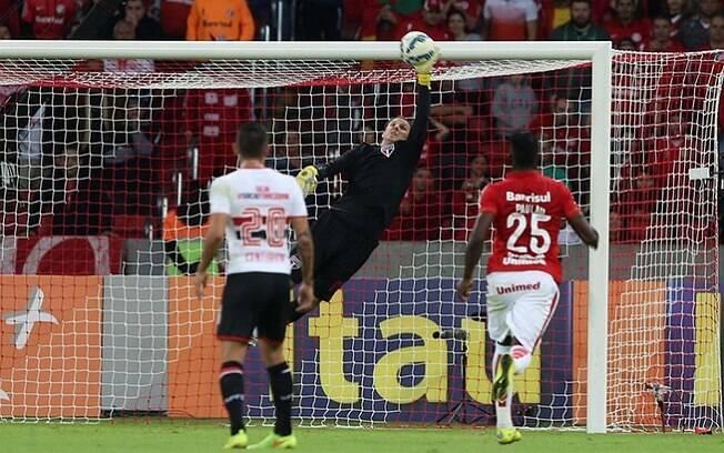 Rogério Ceni se estica e evita gol do Internacional no final da partida. Foto: Rubens Chiri/saopaulofc.net