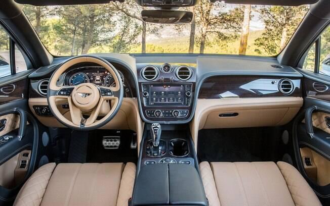 O primeiro SUV da Bentley, o Bentayga combina luxo com conforto e praticidade, oferecendo até telas extras