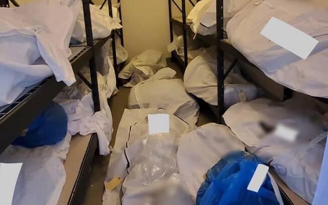 Corpos empilhados em um hospital de Detroit