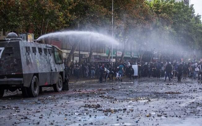 Exército reprime milhares de manifestantes nas ruas de Santiago%2C no Chile