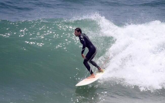 Cauã Reymond em tarde de surfe, no Rio