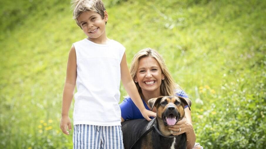 Luisa Mell, o filho Enzo e cão para adoção