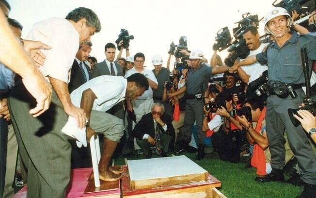 Pelé coloca a marca dos pés em uma placa de gesso durante homenagem no 'Dia Pelé ', criado pela Prefeitura de Santos em 1995. Foto: Gazeta Press