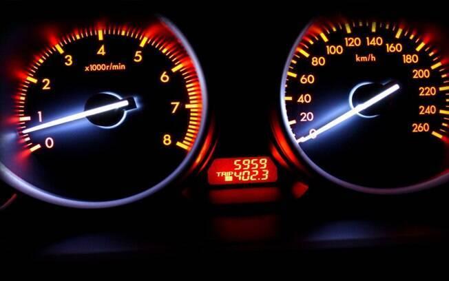 Alta quilometragem é outro item que acaba fazendo o carro perder valor. Mas é bom ficar atento às adulterações