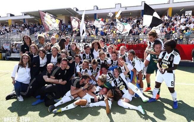 Equipe feminina da Juventus comemora o segundo título do Campeonato Italiano
