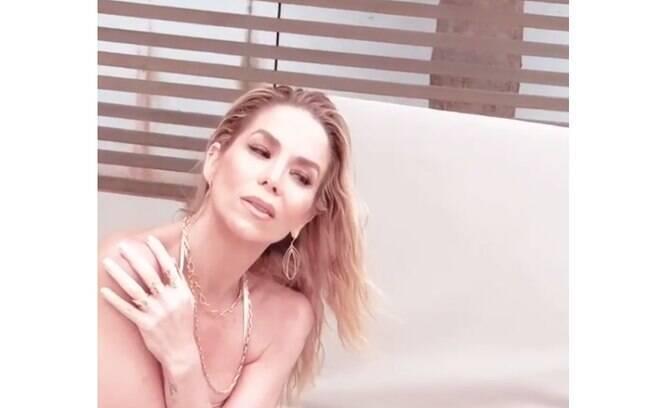 Danielle Winits sensualiza em vídeo de ensaio fotográfico