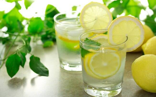 Água saborizada com limão está na lista de receitas detox que valem a pena
