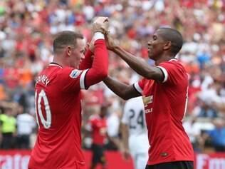 Ashley Young (dir) marcou dois gols para o Manchester
