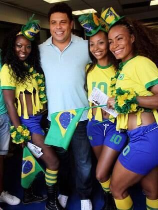 Ronaldo Nazário posa com modelos brasileiras em Cannes