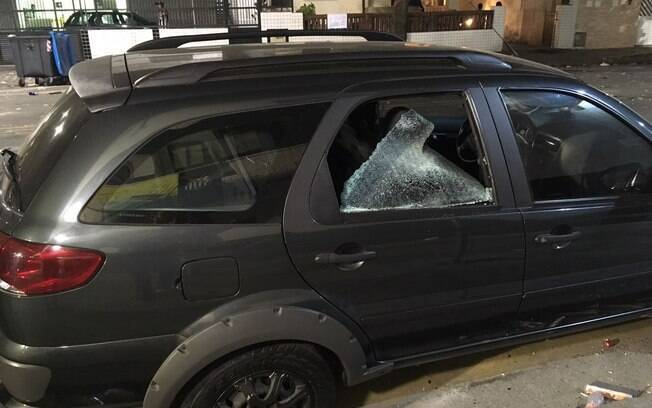 Carro é depredado nos arredores da Vila Belmiro