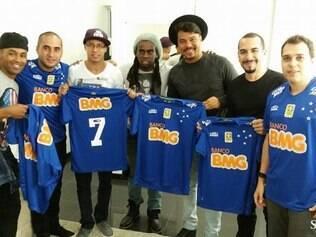 O jogador Tinga foi prestigiar o grupo e posou para fotos com a camisa do Cruzeiro