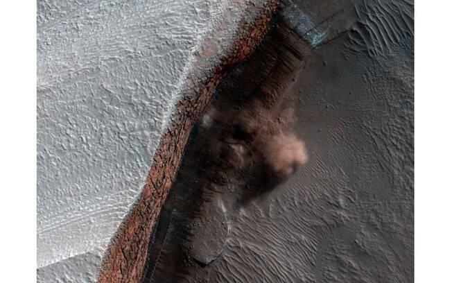 Imagem mostra nuvens de poeira causadas por avalanche. Gelo de dióxido de carbono caiu de precipício de 2 mil metros e, provavelmente, foi derretido por raios de sol