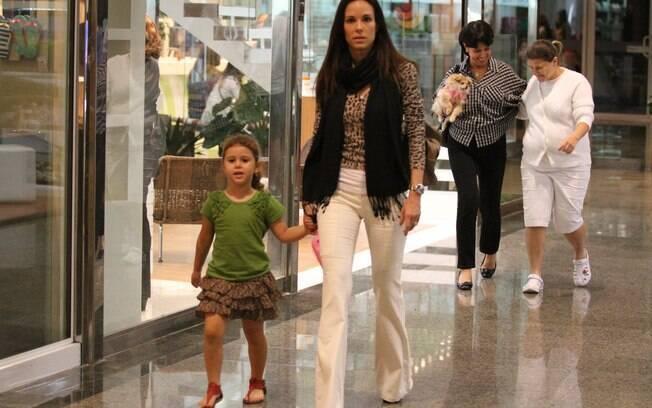 Além do cãozinho, a apresentadora passeou com a filha Isabella