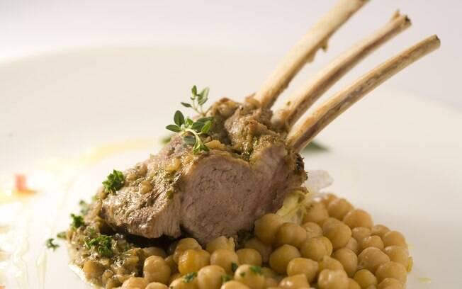 Foto da receita Costeleta de carneiro com grão-de-bico pronta.