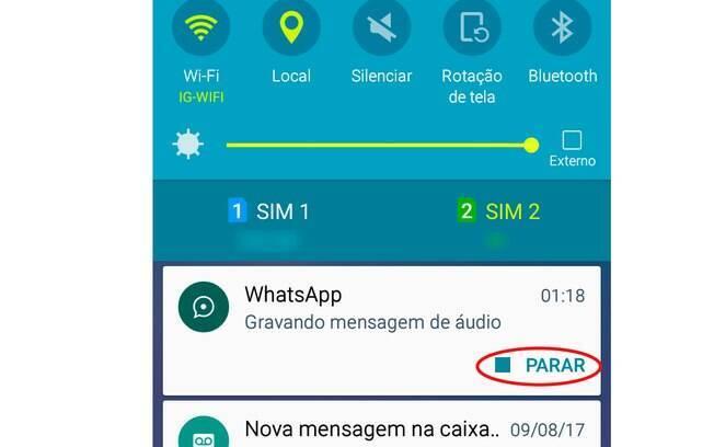 Para parar a gravação quando não estiver com o aplicativo aberto em primeiro plano, basta ir na sua barra de notificações e clicar em