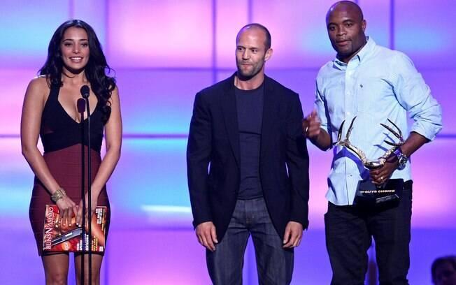 Anderson Silva recebe prêmio dos atores  Natalie Martinez e Jason Statham