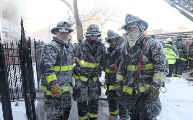 Bombeiros de Chicago trabalham em meio ao segundo dia mais frio já registrado na cidade
