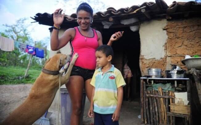 Quixadá - A dona de casa Ana Cleide Ancelmo da Silva, 35, viúva, mora com sua mãe e sete filhos na comunidade Engano, no distrito de Riacho Verde (27.03.15)