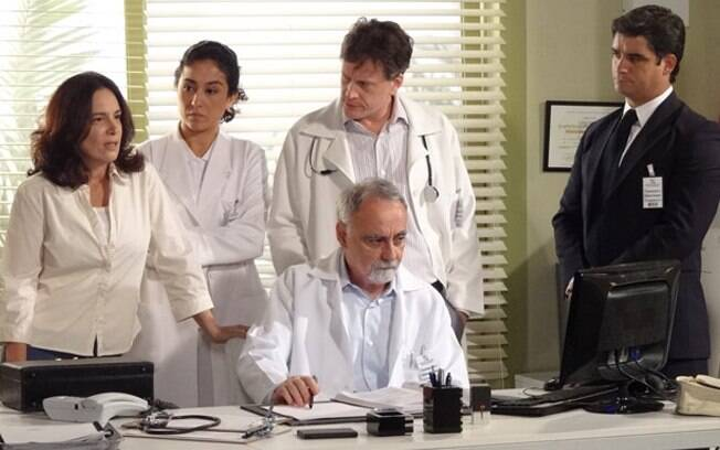 Enfermeira assiste imagens das câmeras de segurança do hospital e desconfia de Tereza Cristina