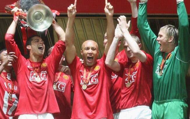 Ao lado dos companheiros de Manchester  United, Cristiano Ronaldo celebra título da Liga  dos Campeões de 2008