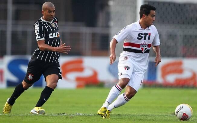 Jadson domina a bola durante o clássico  contra o Corinthians