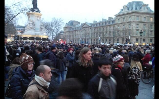 Milhares se reúnem na Place de la République em homenagem aos mortos no ataque terrorista à revista Charlie Hebdo em Paris