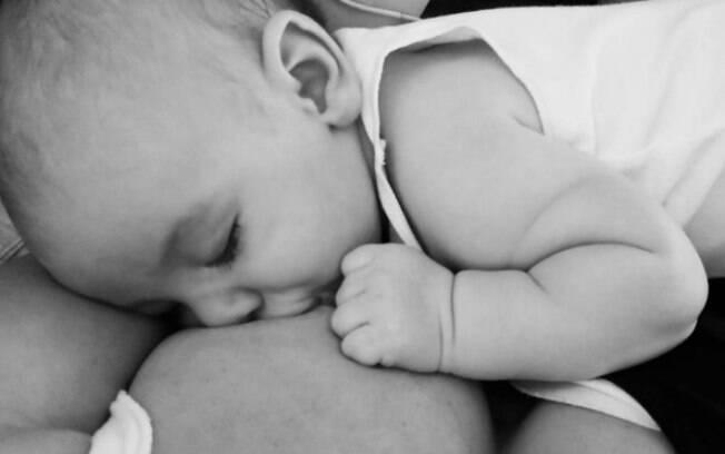 Mãe faz desabafo chocante sobre amamentação e post viraliza