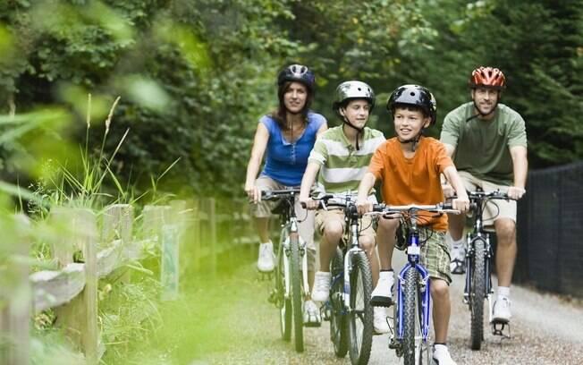 Gaste as calorias do almoço de domingo em um passeio de bicicleta no parque