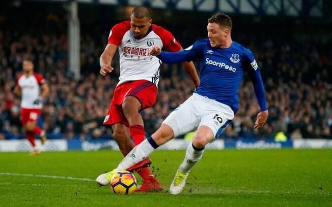 O atacante venezuelano Rondón tentou acertar a bola, mas acabou chutando a perna de James McCarthy, do Everton, e quebrou a perna do adversário