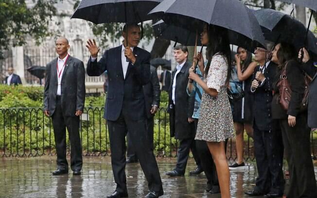 Sob chuva, Barack Obama e família fazem passeio a pé por por Havana Velha