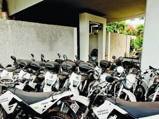 Descaso. Paradas há dois anos, motos poderiam ajudar no trabalho de agentes que combatem a dengue